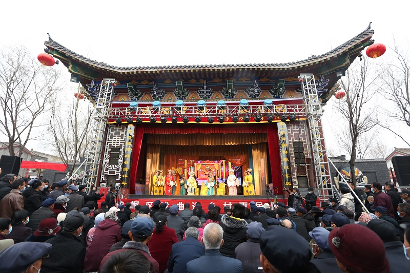 02——图为市民和游客在观看戏曲演出。