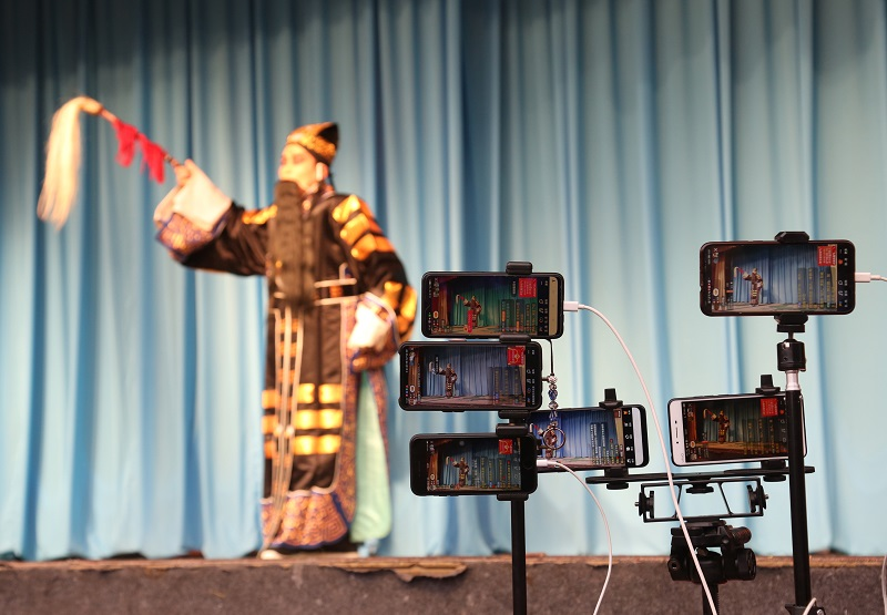 06——图为市民用手机直播戏曲演出。