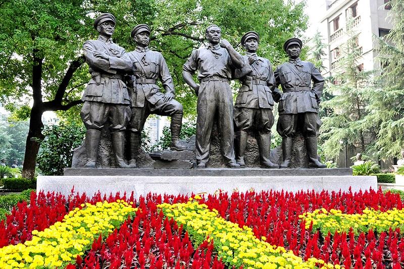 八一南昌起义纪念馆前的一代英豪群雕