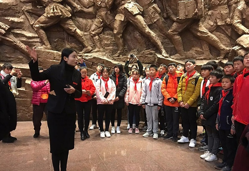 孩子们在南昌起义纪念馆中