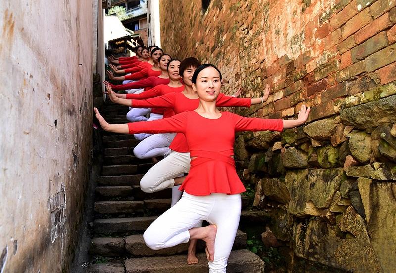 练瑜伽的姑娘们