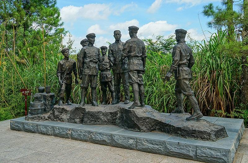 红军领导人群雕