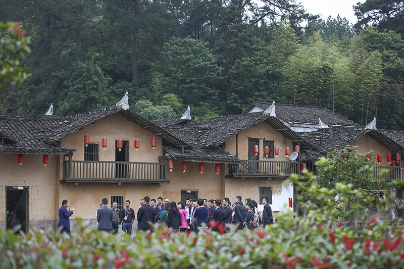 游客在江西省瑞金市的红军村华屋村参观