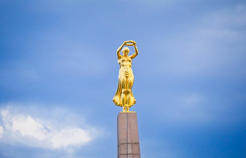 烈士纪念碑顶端的金色少女像