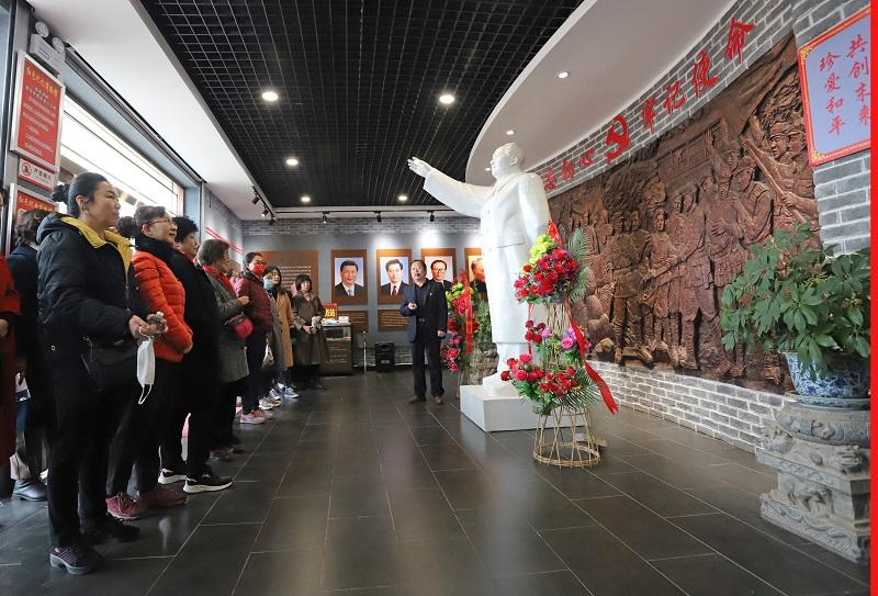01——田军(右)给参观者讲解革命历史。
