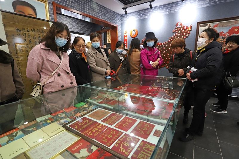 04——女职工在博物馆里参观。