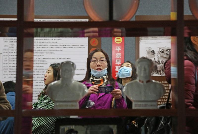 05——女职工在博物馆里参观。