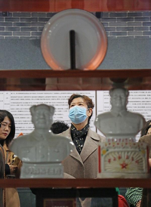 06——女职工在博物馆里参观。