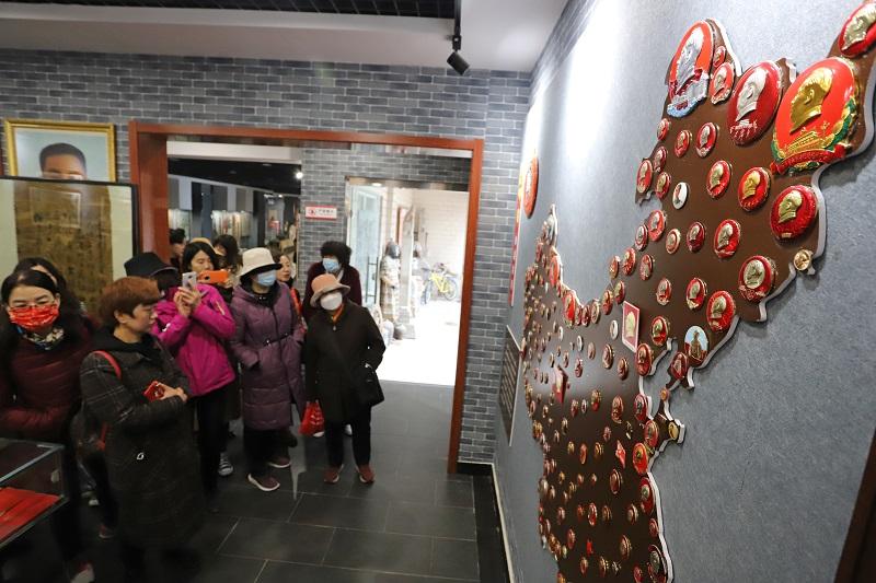 07——一幅用毛主席像章拼成的中国地图吸引了参观者的脚步。