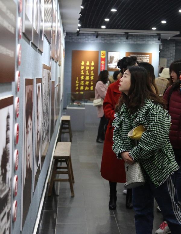 08——女职工在博物馆里参观。