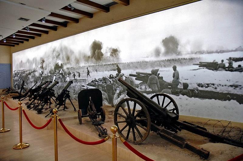 西柏坡纪念馆内的武器展台