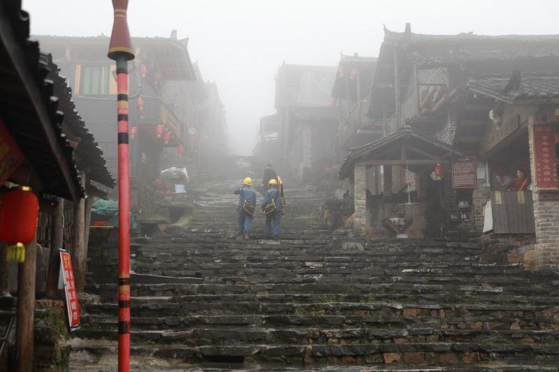 三排供电所唐考传吊、房帮计一在瑶寨开展用电巡查。