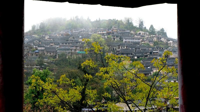 站在南岗瑶寨对面一处凉亭上远眺古村寨。