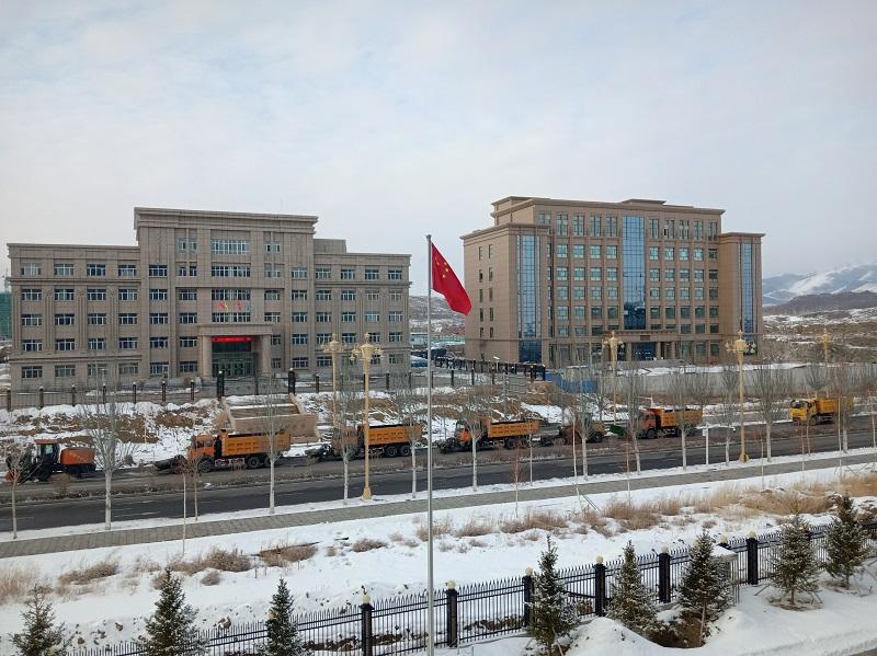 清雪车队清理路边积雪