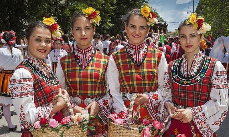 保加利亚玫瑰节上的女人们