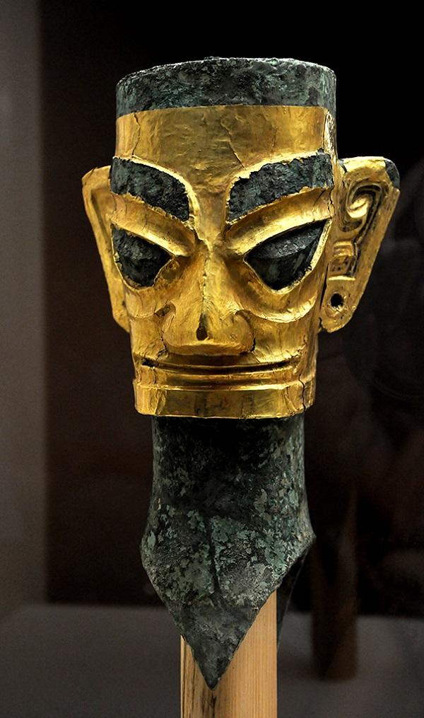 戴着金面罩的青铜人头像