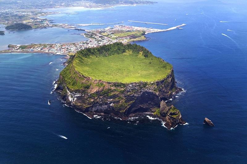 鸟瞰火山岛