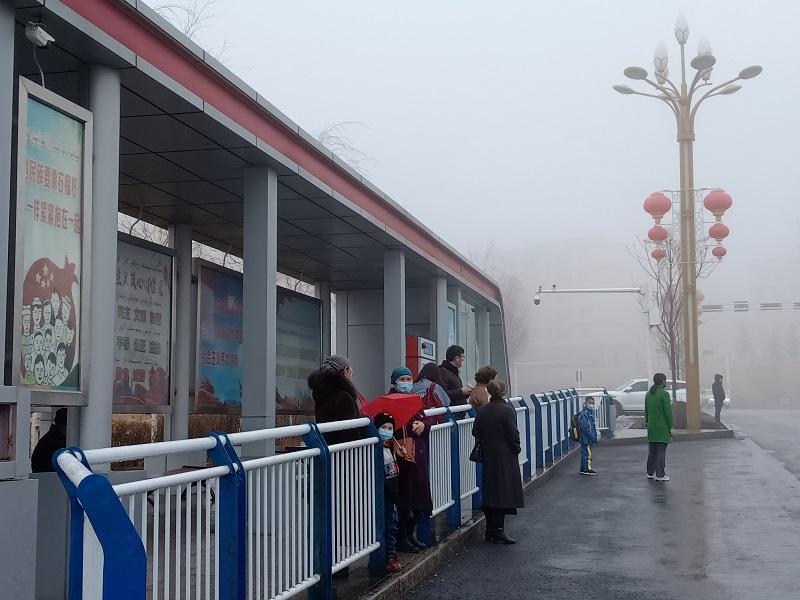 公交站台候车的乘客