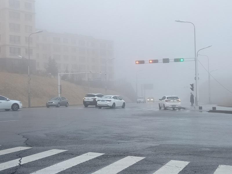 雨雾中的车辆