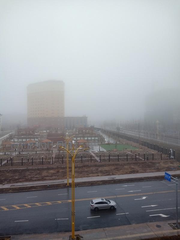 雨雾中的摩天大楼