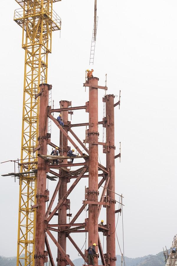1、2021年4月4日,位于广西壮族自治区梧州市西江四桥施工现场,工人们加班加点在各自岗位上忙碌着拆除塔架、桥面钢筋焊接、安装护栏、清理等,一派繁忙的施工景象。