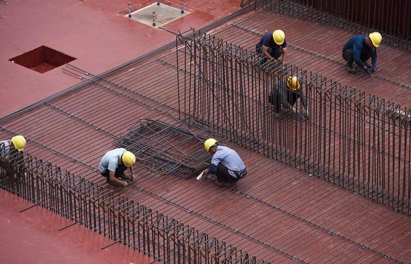 3、2021年4月4日,位于广西壮族自治区梧州市西江四桥施工现场,工人们加班加点在各自岗位上忙碌着拆除塔架、桥面钢筋焊接、安装护栏、清理等,一派繁忙的施工景象。
