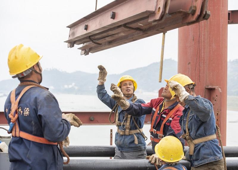 4、2021年4月4日,位于广西壮族自治区梧州市西江四桥施工现场,工人们加班加点在各自岗位上忙碌着拆除塔架、桥面钢筋焊接、安装护栏、清理等,一派繁忙的施工景象。