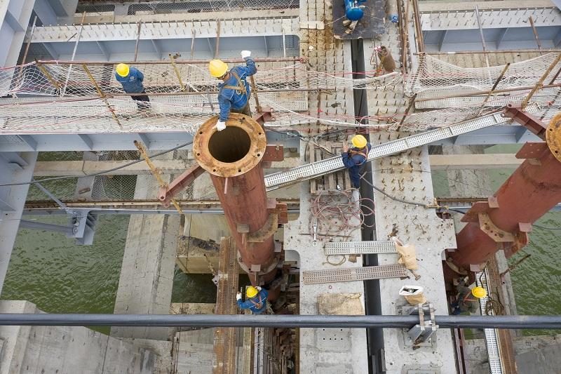 9、2021年4月4日,位于广西壮族自治区梧州市西江四桥施工现场,工人们加班加点在各自岗位上忙碌着拆除塔架、桥面钢筋焊接、安装护栏、清理等,一派繁忙的施工景象。