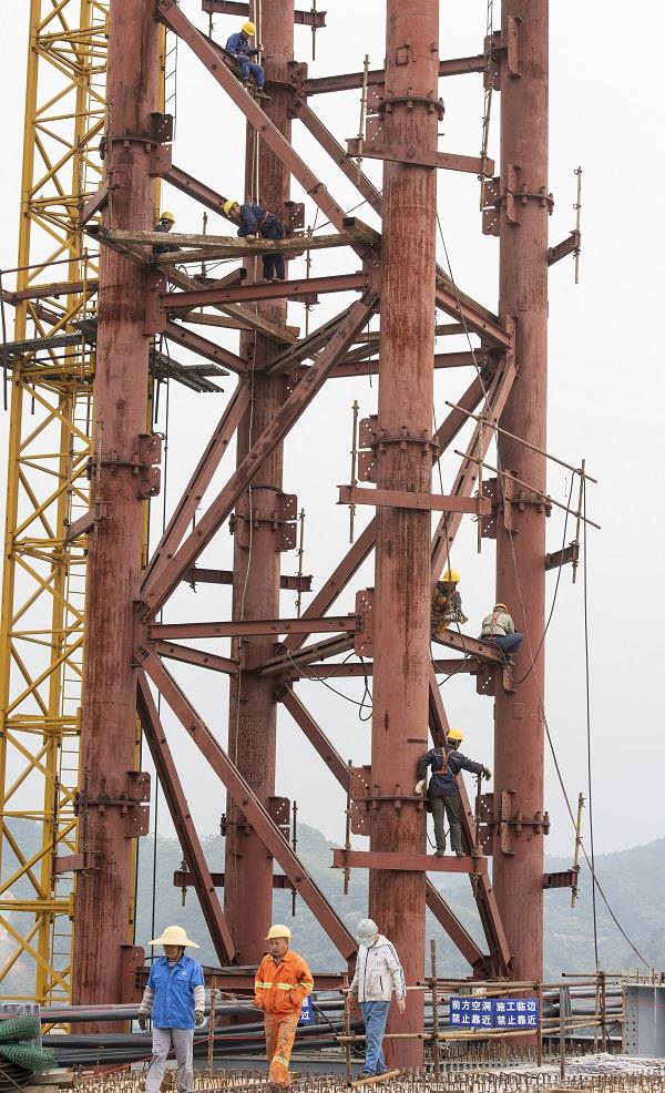 17、2021年4月4日,位于广西壮族自治区梧州市西江四桥施工现场,工人们加班加点在各自岗位上忙碌着拆除塔架、桥面钢筋焊接、安装护栏、清理等,一派繁忙的施工景象。
