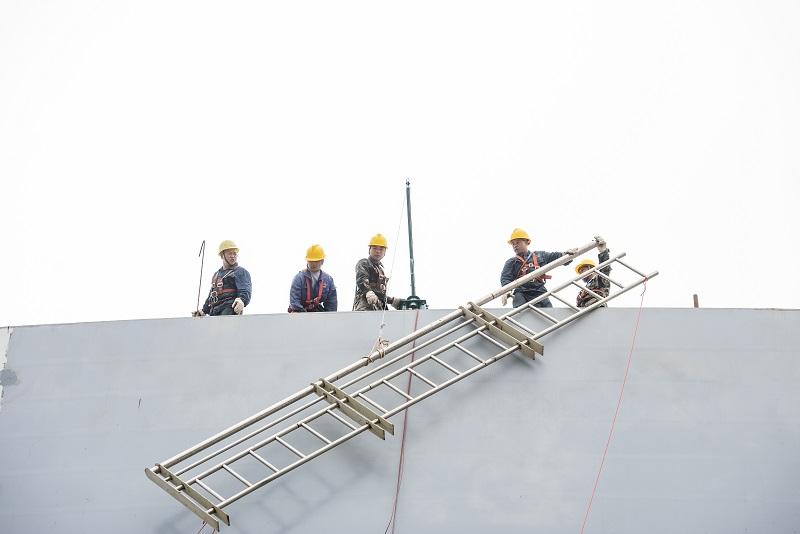 19、2021年4月4日,位于广西壮族自治区梧州市西江四桥施工现场,工人们加班加点在各自岗位上忙碌着拆除塔架、桥面钢筋焊接、安装护栏、清理等,一派繁忙的施工景象。