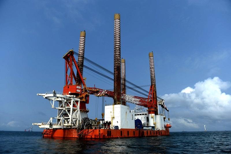2.海上风电机组海底基础施工作业。巨型的风电机组架设于数十米深的海底基础,用于固定风机机柱和叶片等。