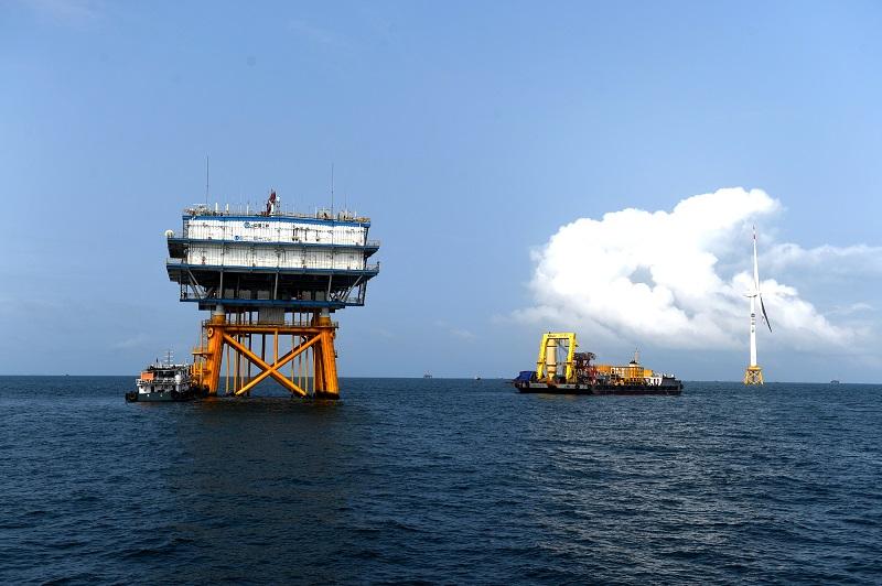 3.海上风电升压站。升压站担负着海上风电机组发出的电能统一汇集和升压功能,升压后的电力再送往陆地大电网。