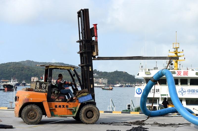 4月14日一大早,海上风电机组部件从阳江海陵岛码头准备运往架设现场。