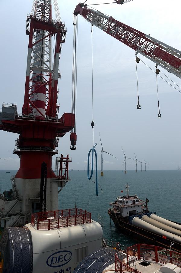 由于海上风电作业平台和大型吊装设备的使用,单台风电机组安装缩短到2-3天,大大加快了施工进度。
