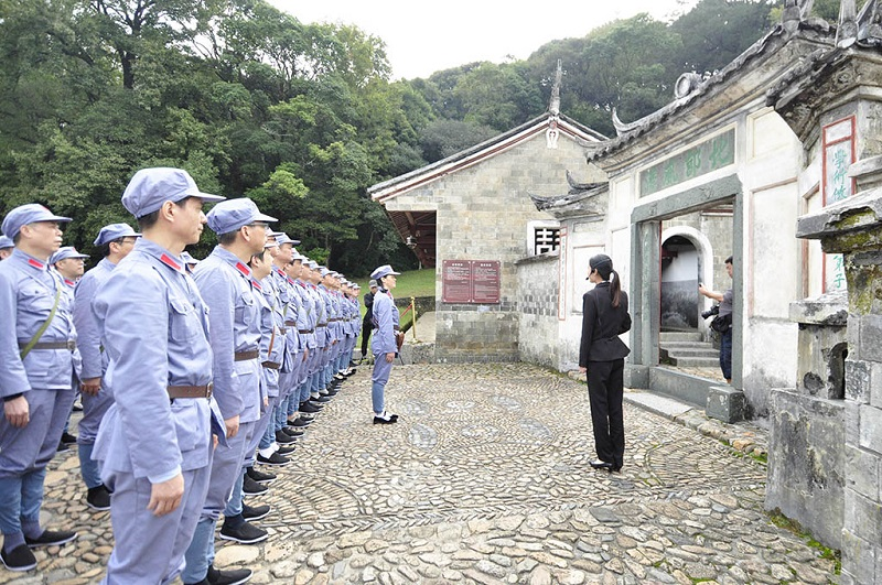 福建上杭游客穿着红军服参观古田会议会址