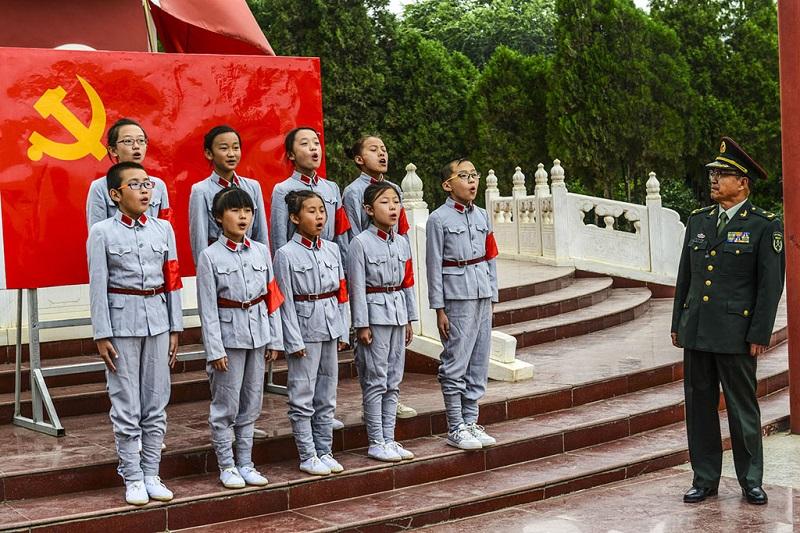 唱红歌的孩子们