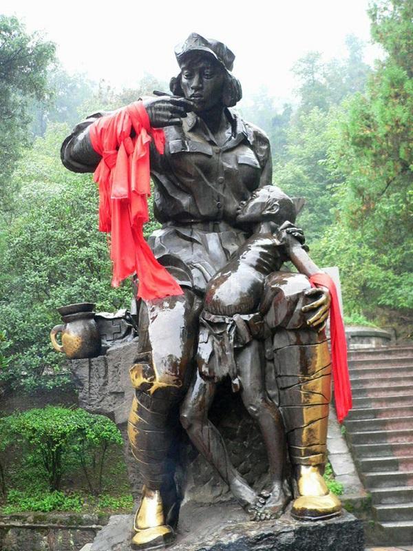 遵义红军坟前的红军菩萨雕塑