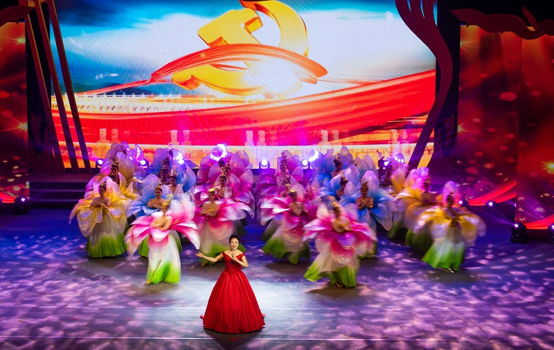 """2021年6月21日,""""永远跟党走""""广西梧州市庆祝中国共产党成立100周年文艺晚会在该市文化中心举行。3"""