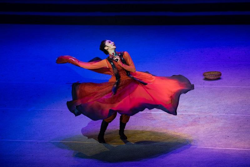 """2021年6月21日,""""永远跟党走""""广西梧州市庆祝中国共产党成立100周年文艺晚会在该市文化中心举行。图为独舞《骑兵》"""