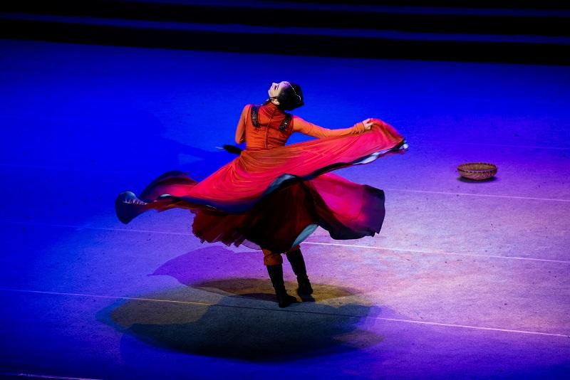 """2021年6月21日,""""永远跟党走""""广西梧州市庆祝中国共产党成立100周年文艺晚会在该市文化中心举行。图为独舞《骑兵》2"""
