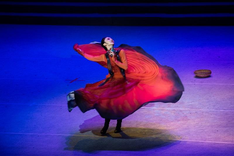 """2021年6月21日,""""永远跟党走""""广西梧州市庆祝中国共产党成立100周年文艺晚会在该市文化中心举行。图为独舞《骑兵》4"""