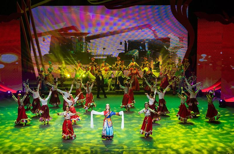 """2021年6月21日,""""永远跟党走""""广西梧州市庆祝中国共产党成立100周年文艺晚会在该市文化中心举行。图为经典歌曲联唱《流金岁月》."""