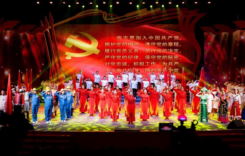 """2021年6月21日,""""永远跟党走""""广西梧州市庆祝中国共产党成立100周年文艺晚会在该市文化中心举行。演出在节目《永恒的誓言》中拉开帷幕。"""