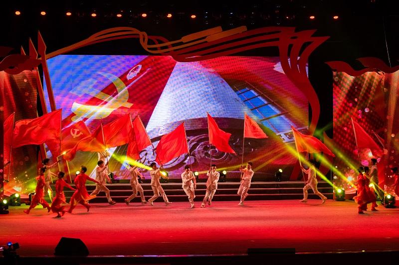 """2021年6月21日,""""永远跟党走""""广西梧州市庆祝中国共产党成立100周年文艺晚会在该市文化中心举行。演出在节目《永恒的誓言》中拉开帷幕。1"""