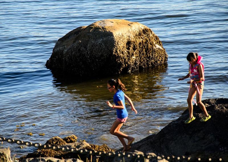 海边在玩耍的女孩