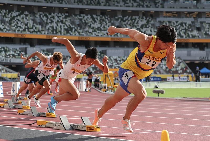 东京奥运会主体育场举行首场正式田径比赛的情景