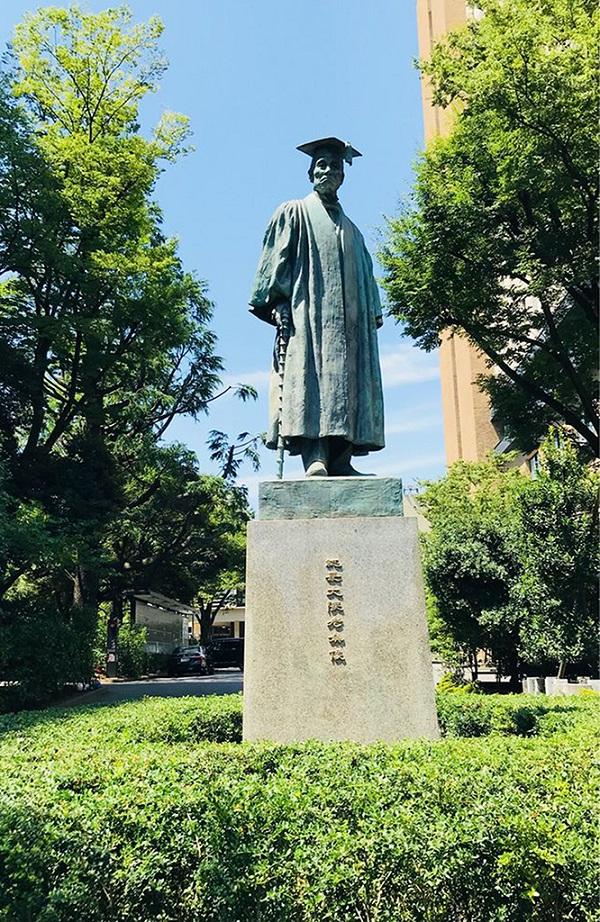 早稻田大学创始人-大隈重信塑像