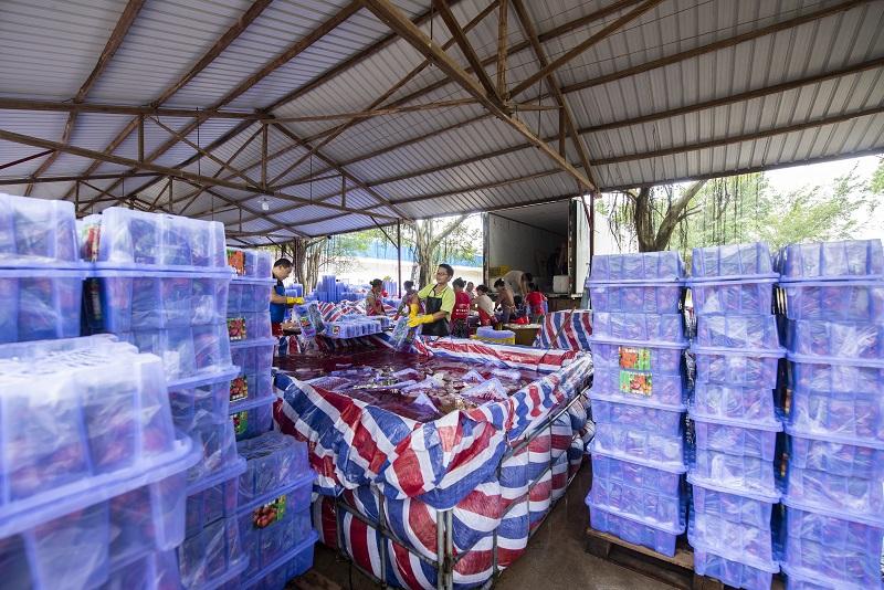 11、2021年7月7日,果农在广西梧州市苍梧县沙头镇横江荔枝收购点将整理好的荔枝装车准备外运。