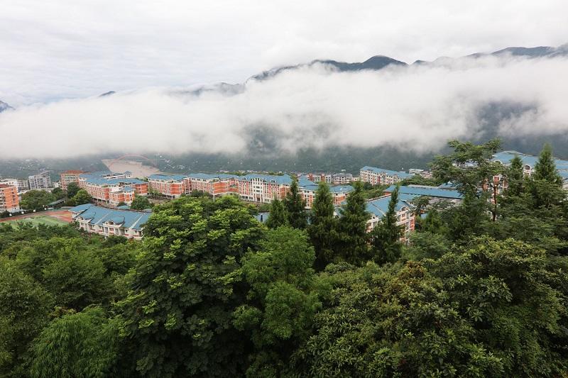 图1:白龙恋城成丽景。唐探峰摄于巫山城北。