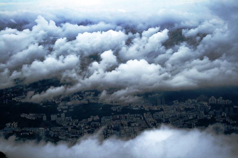 图2:云雨中山水县城。唐探峰摄于乡村旅游景区望天坪。